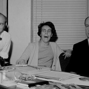 Viihdetoimittajat Spede Pasanen, Aune Haarla ja Antero Alpola pöydän ääressä. Pasanen hymyilee, Haarla nauraa, Alpolan ilme on vakava.