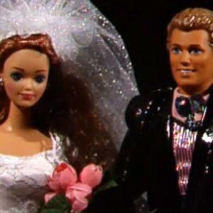 Morsiusasuinen Barbie-nukke sulhasineen.