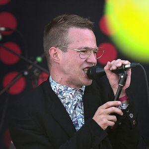Karismaattisen laulajan Olavi Uusivirran keikka taltioitiin Ruisrockissa.