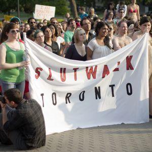 Toronton lutkamarssi (slutwalk) -mielenosoitus.
