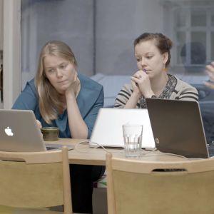 Inari Virkkala, Elina Koivisto ja Noora Aaltonen neuvotteluhuoneessa.
