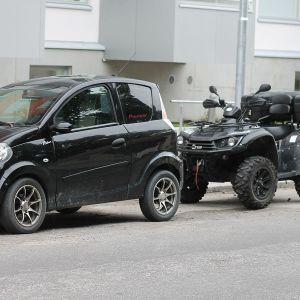 En parkerad mopedbil.
