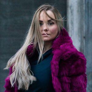 Emma Sandström som deltar i en sångtävling för San Marino