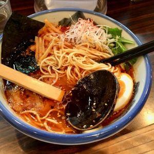 En skål med japansk ramen