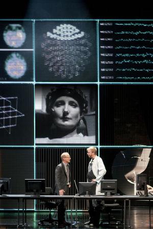 Kansallisteatterin Sumu. Kuvassa Elena Spirina, Timo Tuominen ja Jani Karvinen.