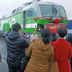 Människor och ett tåg på invigningen av godtågförbindelsen mellan Kouvola och Xi'an.