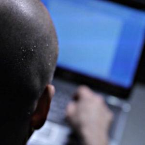 kille vid dator