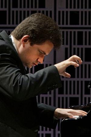 Ukrainalaispianisti Roman Lopatynskyi soittaa Maj Lind -pianokilpailun alkuerässä.