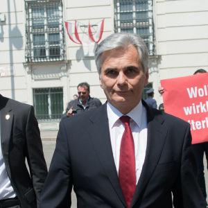 Österrikes förbundskansler Werner Faymann lämnade in sin avskedsansökan på måndag