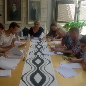 Koko Lahden työryhmä ensimmäistä kertaa tekstin kimpussa.
