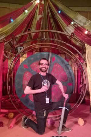 Regissör Paul Olin framför scenografin till produktionen Hamlet sade det vackrare