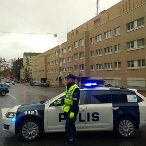 Åbopolisen har stängt av trafiken vid Eriksgatan på grund av ett sprängämne.