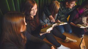 Ungdomar på skriftskolläger