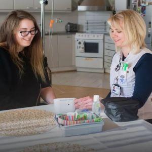 Sjukvårdare Heidi Rosbäck mäter blodtrycket på Meri Myllykangas. Meri fick lunginflammation som en följd av influensa.