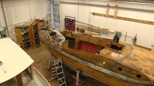 Peter Lindroos fixar på sin Pettersson båt som heter Laxen och är byggd 1932