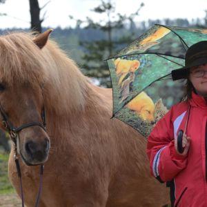 Ida-Lotta med häst och paraply.
