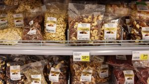 Nötter i en butikshylla