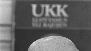 UKK Luottamusta yli rajojen -juliste taustallaan vuonna 1977 vaalitilaisuudessa