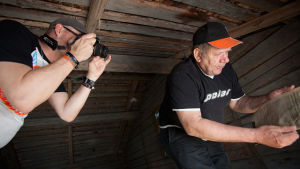 Tor-Erik Antfolk ärvde ett ödehus i Rangsby i Närpes. Lasse Grönroos fotar.