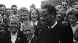 William Muogakali omgiven av barn, 1963