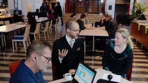 Kantapöydän säveltäjävieras Helsingin konservatorion kahvilassa 25.11.2015 on Uljas Pulkkis, toimittajina Vesa Kytöoja ja Inari Tilli.