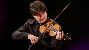 Ranskalaisviulisti Fedor Rudin Sibelius-viulukilpailussa 2015.