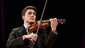 Stepehen Tavani Sibelius-viulukilpailussa 2015.