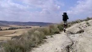 Pyhiinvaeltajamies vaeltaa reppu selässä