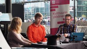 Kontrabasisti Joel Raiskio Kantapöydän suorassa lähetyksessä Musiikkitalon kahvilassa 9.3.2016 Riikka Holopaisen ja Vesa Kytöojan jututettavana.
