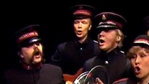 Velipuolikuu: Pelastusarmeijan kuoro esiintyy  (1984).
