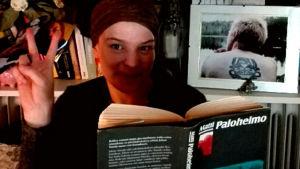 Blogisti KiraNiia Matti Paloheimon Valkoinen Mandela kirja kädessään