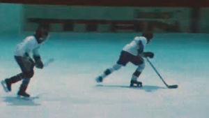 två pojkar som spelar ishockey