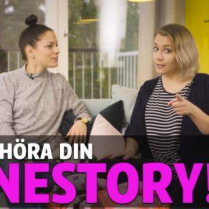 """Malena Holmström och Claudia rybin sittande på en turkos soffa. I förgrunden finns texten """"Vi vill höra din aknestory!"""""""