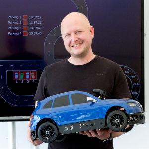 HERE:n ja Audin itseajavien autojen kehittäjä Jani Käppi, käsissä minikoeauto.