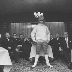 Mannekiini esittelee vaatteita Suomen ja Neuvostoliiton kauppavaltuustojen kokouksessa hotelli Kalastajatorpalla. 60-luvun puoliväli.