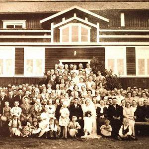 Pohjalainen hääseurue maatalon edessä 1930-luvulla.