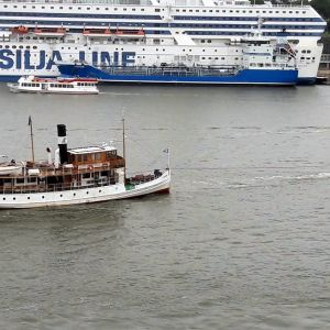 Fartyget M/S Runeberg bogseras