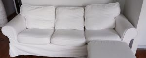 En vit soffa.