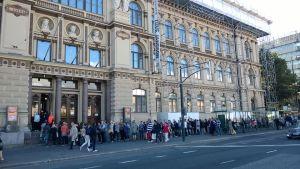 Många köade till Tove Jansson -utställningen i Ateneum den 6 september 2014.