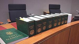 Lakikirjoja tuomioistuimen pöydällä.