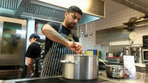 Omar Ahmed Maoluud, muslimsk flykting från Irak, lagar mat inför kvällen under Ramadan.