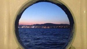 Pireus ur ett båtperspektiv.