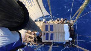 Rahiti Tane -lautta kuvattuna lokki-perspektiivistä.