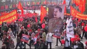 Stalin tas till heders - kommunister marscherar i Moskva