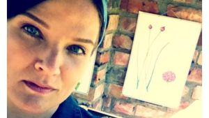 Camilla och skolplansch i kartong i bakgrunden