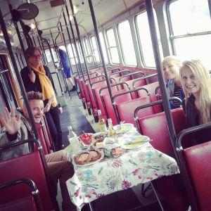 Jontti Granbacka, Gunvor Berlin, Elisabeth Gjestland och Kristine Andora Nilsen har picknick i spårvagnen.