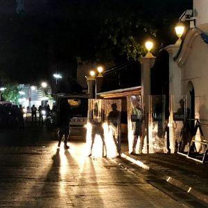 Säkerhetsstyrkor står utanför den högsta domstolen i Maldiverna efter att president Yameen utlyst ett undantagstillstånd.