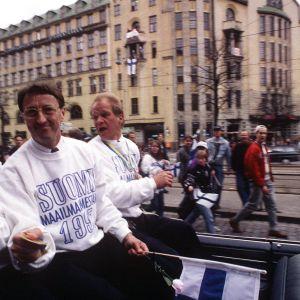Suomen jääkiekkomaajoukkueen valmentaja ja jäseniä juhlakulkueessa palattuaan jääkiekon maailmanmestaruuskisoista 1995