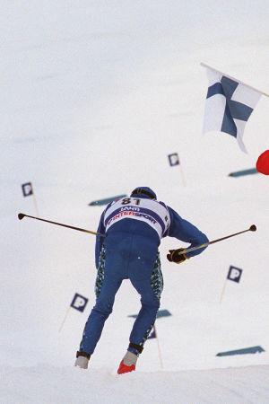 Harri Kirvesniemi, VM 2001, med logon för Finlands 100 största idrottsögonblick.