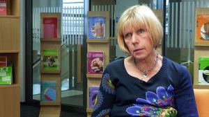 Ylilääkäri, professori Eeva Widström haastattelukuvassa.
